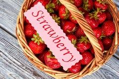 Nya jordgubbar och rosa pappers- kort Royaltyfri Fotografi