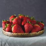 Nya jordgubbar på en grön torkduk Royaltyfri Bild