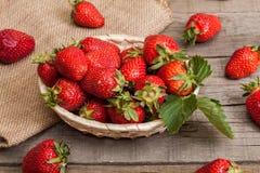 Nya jordgubbar på en träbakgrund Arkivbild