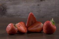 Nya jordgubbar på en träyttersida Fotografering för Bildbyråer