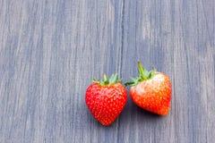 Nya jordgubbar på gammal träbakgrund Fotografering för Bildbyråer