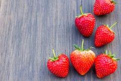 Nya jordgubbar på gammal träbakgrund Arkivbilder