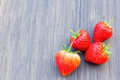 Nya jordgubbar på gammal träbakgrund Royaltyfri Bild