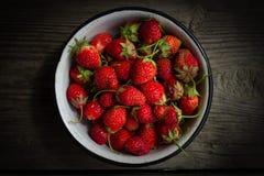 Nya jordgubbar på gammal träbakgrund Top beskådar arkivbild