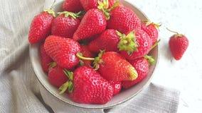 Nya jordgubbar på konkret bakgrundsultrarapidmat arkivfilmer