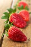 Nya jordgubbar på trä Arkivfoton