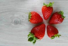 Nya jordgubbar på träbakgrund Royaltyfria Bilder