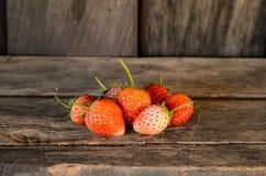 Nya jordgubbar på trätabellen Arkivfoton
