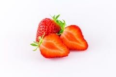 Nya jordgubbar på vit bakgrund ingen skugga Arkivfoton