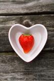 Nya jordgubbar på gammal träbakgrund Royaltyfri Fotografi