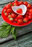 Nya jordgubbar på träbakgrund, Arkivfoto