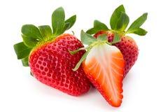Nya jordgubbar stänger sig upp på vit bakgrund arkivbild