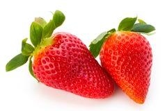 Nya jordgubbar stänger sig upp på vit bakgrund royaltyfria bilder