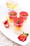 Nya jordgubbe- och citronefterrätter Arkivbilder