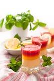 Nya jordgubbe- och citronefterrätter Arkivbild
