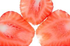 Nya jordgubbeskivor som isoleras på vit bakgrund, slut upp Royaltyfri Fotografi