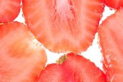 Nya jordgubbeskivor som isoleras på vit bakgrund, slut upp royaltyfria bilder