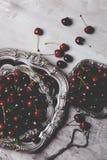 Nya körsbär i bunke på tabellen Nya körsbär i kruka på taen Royaltyfri Bild