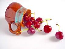 Nya körsbär i keramisk kopp Fotografering för Bildbyråer