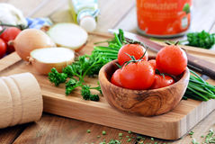 Nya körsbärsröda tomater med vattendroppar Royaltyfri Fotografi
