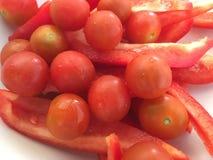 Nya körsbärsröda tomater och peppar fotografering för bildbyråer