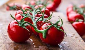 Nya körsbärsröda tomater tvättade rent vatten Klipp nya tomater Arkivfoton