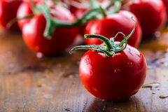 Nya körsbärsröda tomater tvättade rent vatten Klipp nya tomater Fotografering för Bildbyråer