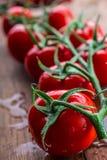 Nya körsbärsröda tomater tvättade rent vatten Klipp nya tomater Royaltyfri Foto