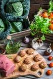Nya köttfärs- och kålingredienser för köttbullar Arkivbilder