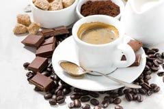 Nya kaffe, choklader och sötsaker på den vita tabellen Fotografering för Bildbyråer
