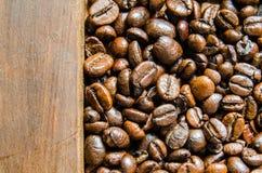 Nya kaffebönor, selektiv fokus Arkivbilder