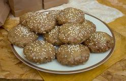 Nya kakor med seasamebullar i bagerit arkivfoton