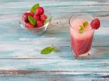 Nya kalla jordgubbesmoothies med nya frukter Arkivfoton