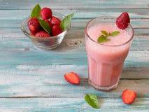 Nya kalla jordgubbesmoothies med nya frukter Arkivbilder