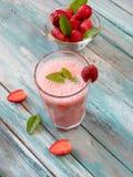 Nya kalla jordgubbesmoothies med nya frukter Royaltyfri Foto