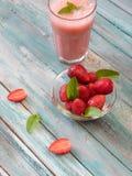 Nya kalla jordgubbesmoothies med nya frukter Arkivbild