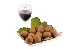 Nya kiwier som isoleras på en vit bakgrund med exponeringsglas av vin Royaltyfri Bild