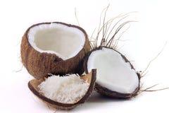 Nya kokosn?tflingor som f?rl?ggas i sk?ll och skal p? vit bakgrund royaltyfria bilder