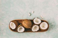 Nya kokosn?tter med kokosn?thalvor arkivbild