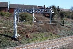 Nya koppartrådar på nya över huvudet trådar på järnväg Royaltyfria Bilder