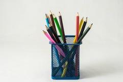 Nya kulöra blyertspennor i askbehållaren Royaltyfri Bild