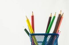 Nya kulöra blyertspennor i askbehållaren Arkivfoto