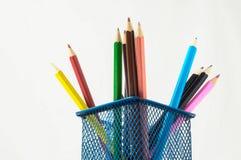Nya kulöra blyertspennor i askbehållaren Royaltyfria Foton