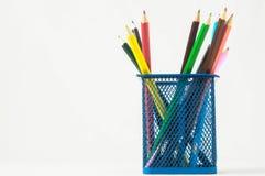 Nya kulöra blyertspennor i askbehållaren Royaltyfri Foto