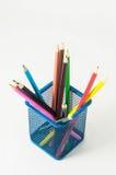 Nya kulöra blyertspennor i askbehållaren Arkivfoton
