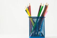 Nya kulöra blyertspennor i askbehållaren Arkivbild