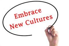 Nya kulturer för handhandstilomfamning på genomskinligt bräde arkivfoton