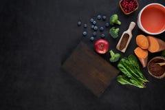 Nya läckra ingredienser för sund matlagning på lantlig bakgrund, bästa sikt, matbegrepp royaltyfri bild