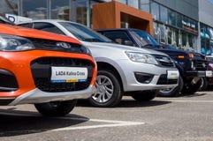 Nya Lada bilar av olika modeller är främsta av visningslokalen SCS Lada Voronezh Royaltyfri Bild