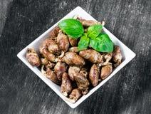 Nya lagade mat fega hjärtor som kryddas med peppar och, saltar klart att äta basilikabladgarnering Bakgrund texturerar Arkivfoto